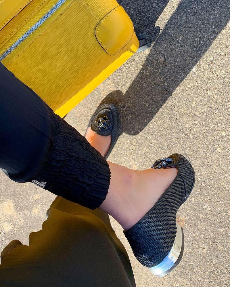 silvia-loafer-palha-preta-perto